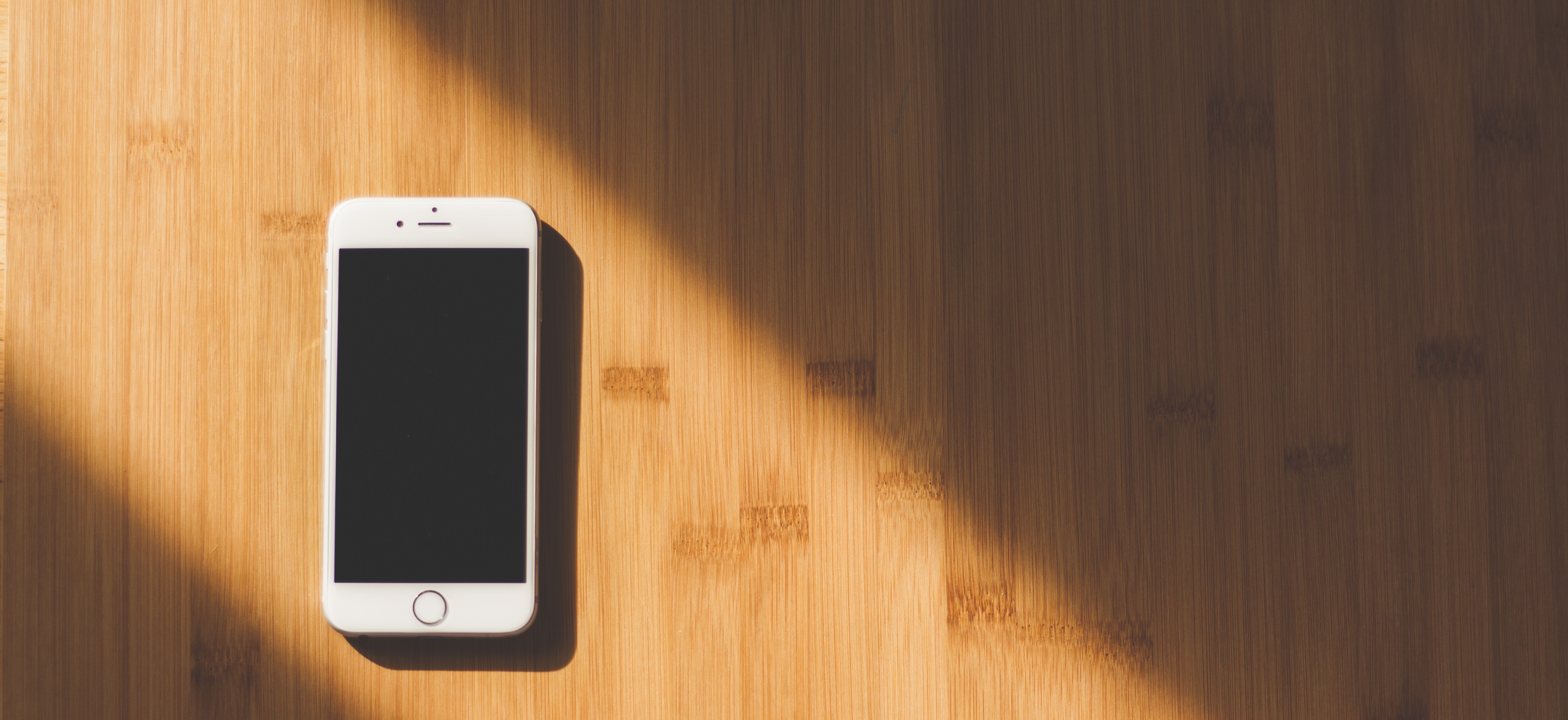 Das Bild zeigt ein Smartphone auf einem Tisch.